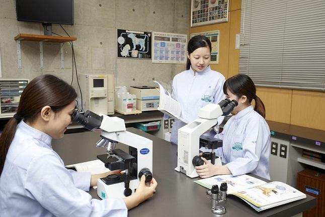 動物検査実習 顕微鏡の使い方にはじまり、血液検査や尿検査など、さまざまな検査方法を学びます。 先生が寄り添ってサポートすることで、素早くかつ正確に検査できる施術を養います。