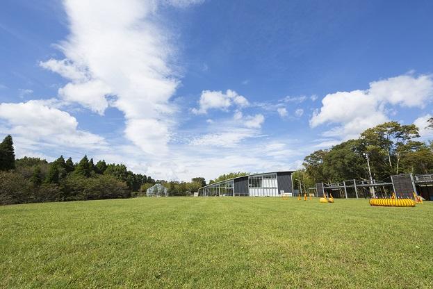 長柄ドッグヒルズ…約1万坪!サッカーコート4つ分の大型フィールドの他、動物看護実習室やイベントホール、ケネルスペースもある大自然に包まれたキャンパス。