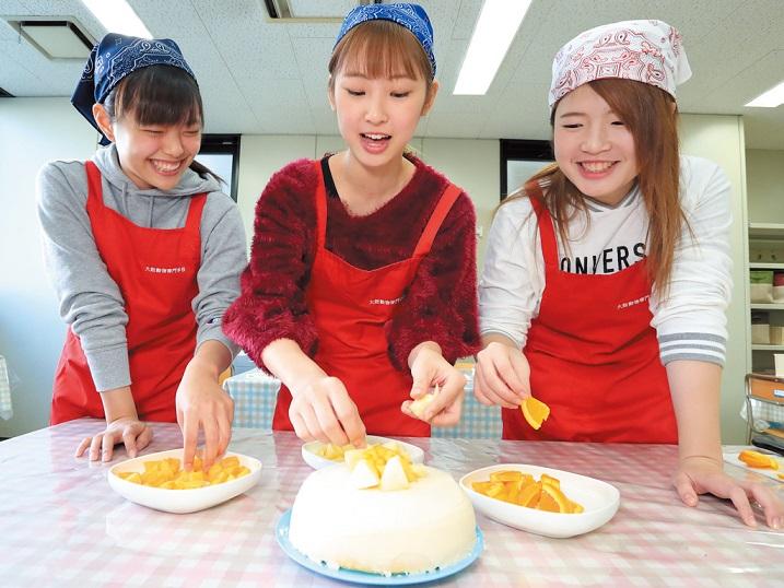 ワンちゃんに喜んで食べてもらえるフード作り。手づくりフードも人気で、ワンちゃんの体重管理や健康状態にあわせたメニューを考案します。