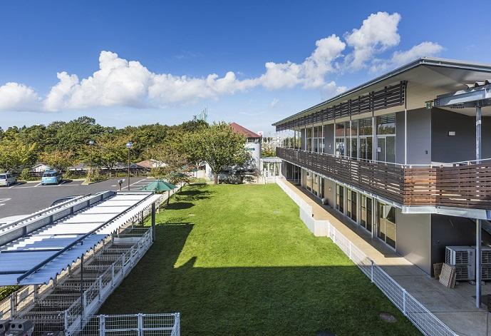 おゆみ野ドッグサイト…京成線「学園前」駅から徒歩1分と好立地。グルーミング実習室のほか、トレーニング実習室や屋外フィールド、小動物園もあります。