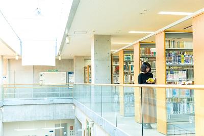 書籍の閲覧はもちろん、予習・復習やグループディスカッション、試験期間中の学習スペースとして活用できる学習室を完備【図書館】