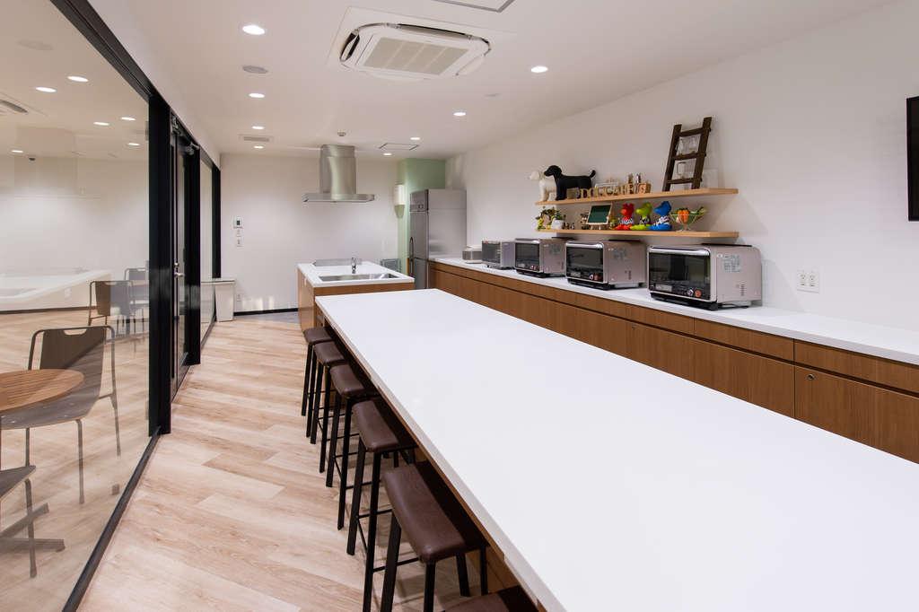 ペットカフェ室です。ワンちゃんも人間も食べることができるおやつなどをつくっています。